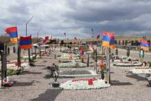Շիրակի մարզպետ Հովհաննես Հարությունյանի գլխավորությամբ մարզային իշխանության ներկայացուցիչներն այցելել են «Շիրակ» գերեզմանատան